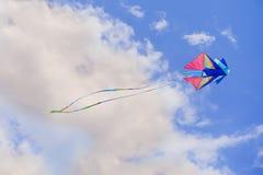 Flyes dell'aquilone dell'arcobaleno nel cielo blu Immagine Stock