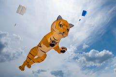 Flyes enormi dell'aquilone della tigre nel cielo nuvoloso Fotografia Stock Libera da Diritti