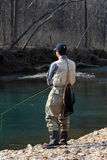 Flyfisherman an einem Frühlings-Tag Lizenzfreie Stockfotos
