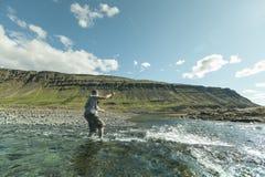 Flyfisherman som gjuter flugan Royaltyfri Fotografi