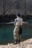 Flyfisherman un giorno di sorgente fotografie stock libere da diritti