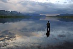 Flyfishing las montañas Imagenes de archivo