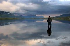 Flyfishing le montagne fotografie stock