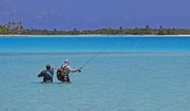 Flyfishing med handboken i franska Polynesien Arkivbild