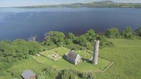 Flyg- ö för sikt för fågelöga helig av den västra kusten av loughen Derg i Irland Nu obebott, var det en gång en kloster- ö lager videofilmer