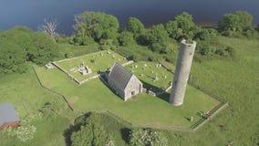 Flyg- ö för sikt för fågelöga helig av den västra kusten av loughen Derg i Irland Nu obebott, var det en gång en kloster- ö stock video