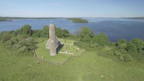 Flyg- ö för sikt för fågelöga helig av den västra kusten av loughen Derg i Irland Nu obebott, var det en gång en kloster- ö arkivfilmer