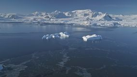 Flyg över Antarktis det polara havet, snöberg arkivfilmer