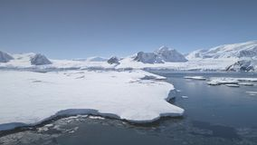 Flyg- flyg över Antarktis shoreline, hav lager videofilmer