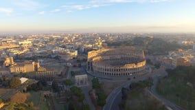 Flyg över Colosseum, Rome, Italien Flyg- sikt av Roman Coliseum på soluppgång lager videofilmer