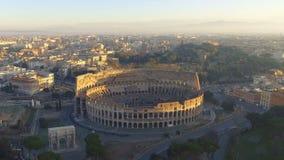 Flyg över Colosseum, Rome, Italien Flyg- sikt av Roman Coliseum på soluppgång stock video