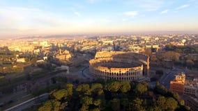 Flyg över Colosseum, Rome, Italien Flyg- sikt av Roman Coliseum på soluppgång arkivfilmer