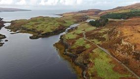 Flyg över den härliga Dunvegan för västkusten nästan slotten - Skottland arkivfilmer