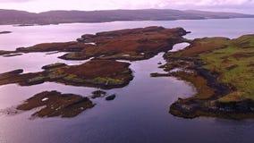 Flyg över den härliga Dunvegan för västkusten nästan slotten - Skottland lager videofilmer