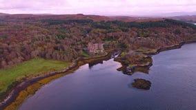 Flyg över den härliga Dunvegan för västkusten nästan slotten - Skottland stock video