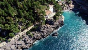 Flyg över den härliga kusten på Mallorca arkivfilmer
