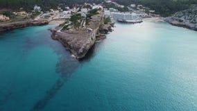 Flyg över den härliga kusten på Mallorca lager videofilmer