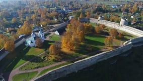 Flyg över den Izborsk fästningen som, Oktober dag Gamla Izborsk, Ryssland antennvideo stock video