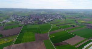 Flyg över den jordbruks- zonen i Europa, Tyskland Lantlig by i Europa Europeiskt jordbruk lager videofilmer