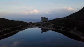 Flyg över den lugna bergsjön på aftonen höga Tatras stock video