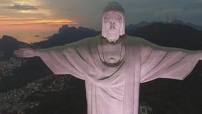 Flyg- flyg över den Rio de Janeiro för Cristo Redentor KristusFörlossare statyn i mäktig brasilian aftonsolnedgångseascape lager videofilmer