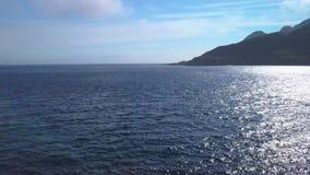 Flyg över den steniga udden och havet lager videofilmer