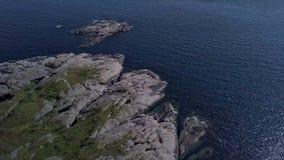 Flyg över den steniga udden och havet stock video