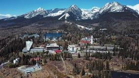Flyg över den Strbske Pleso semesterorten i höga Tatras berg, Slovakien stock video