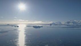 Flyg- flyg över det Antarktis havet ljus sun lager videofilmer