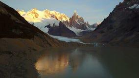 Flyg över det Cerro Torre berget och Laguna Torre på soluppgång argentina patagonia arkivfilmer