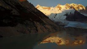 Flyg över det Cerro Torre berget och Laguna Torre på soluppgång argentina patagonia stock video
