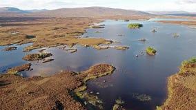 Flyg över det fantastiska landskapet av den Rannoch heden bredvid Glencoe stock video