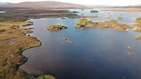 Flyg över det fantastiska landskapet av den Rannoch heden bredvid Glencoe arkivfilmer