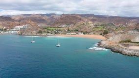 Flyg över det härliga havet och landskap på Gran Canaria arkivfilmer