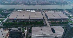Flyg över det Pazhou utställningkomplexet Internationell utställningkantonmässa Ganska sikt för för Kina import och export från lager videofilmer