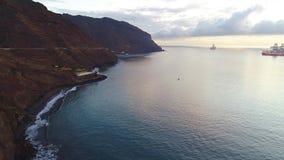 Flyg över en kust på soluppgång stock video