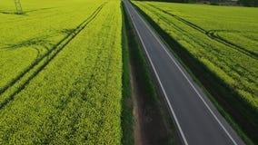 Flyg över en landsväg stock video