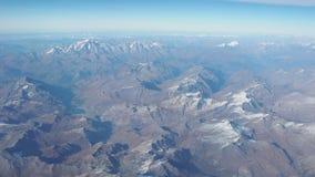 Flyg över fjällängarna under nedgångsäsong Landskap på Mont Blanc och glaciärerna Flyg- sikt från flygplanfönstren arkivfilmer