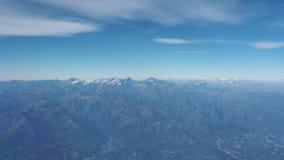 Flyg över fjällängarna under nedgångsäsong Landskap på Mont Blanc och glaciärerna Flyg- sikt från flygplanfönstret arkivfilmer