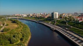 Flyg över floden i staden stock video