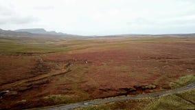 Flyg över floden Lealt och enkelt spår på fjorden Cuithir och Sgurr en Mhadaidh Ruadh - kulle av den röda räven, ö av stock video