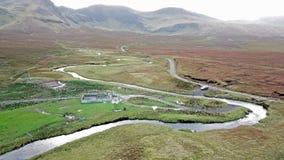 Flyg över floden Lealt och enkelt spår på fjorden Cuithir och Sgurr en Mhadaidh Ruadh - kulle av den röda räven, ö av arkivfilmer