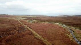 Flyg över floden Lealt och enkelt spår på fjorden Cuithir och Sgurr en Mhadaidh Ruadh - kulle av den röda räven, ö av lager videofilmer