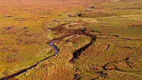 Flyg över floden Rha mellan Staffin och Uig på ön av Skye, Skottland arkivfilmer