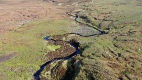 Flyg över floden Rha mellan Staffin och Uig på ön av Skye, Skottland stock video