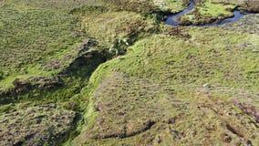 Flyg över floden Rha mellan Staffin och Uig på ön av Skye, Skottland lager videofilmer