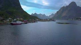 Flyg över havsfjärden nära ett litet fiskeläge stock video