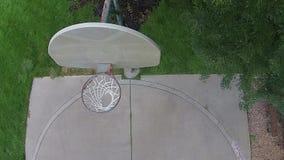 Flyg- över huvudet basketskott på en utomhus- domstol 02 arkivfilmer
