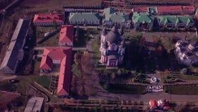 Flyg över kristen kyrklig kupol eller kloster arkivfilmer