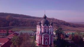 Flyg över kristen kyrklig kupol eller kloster lager videofilmer